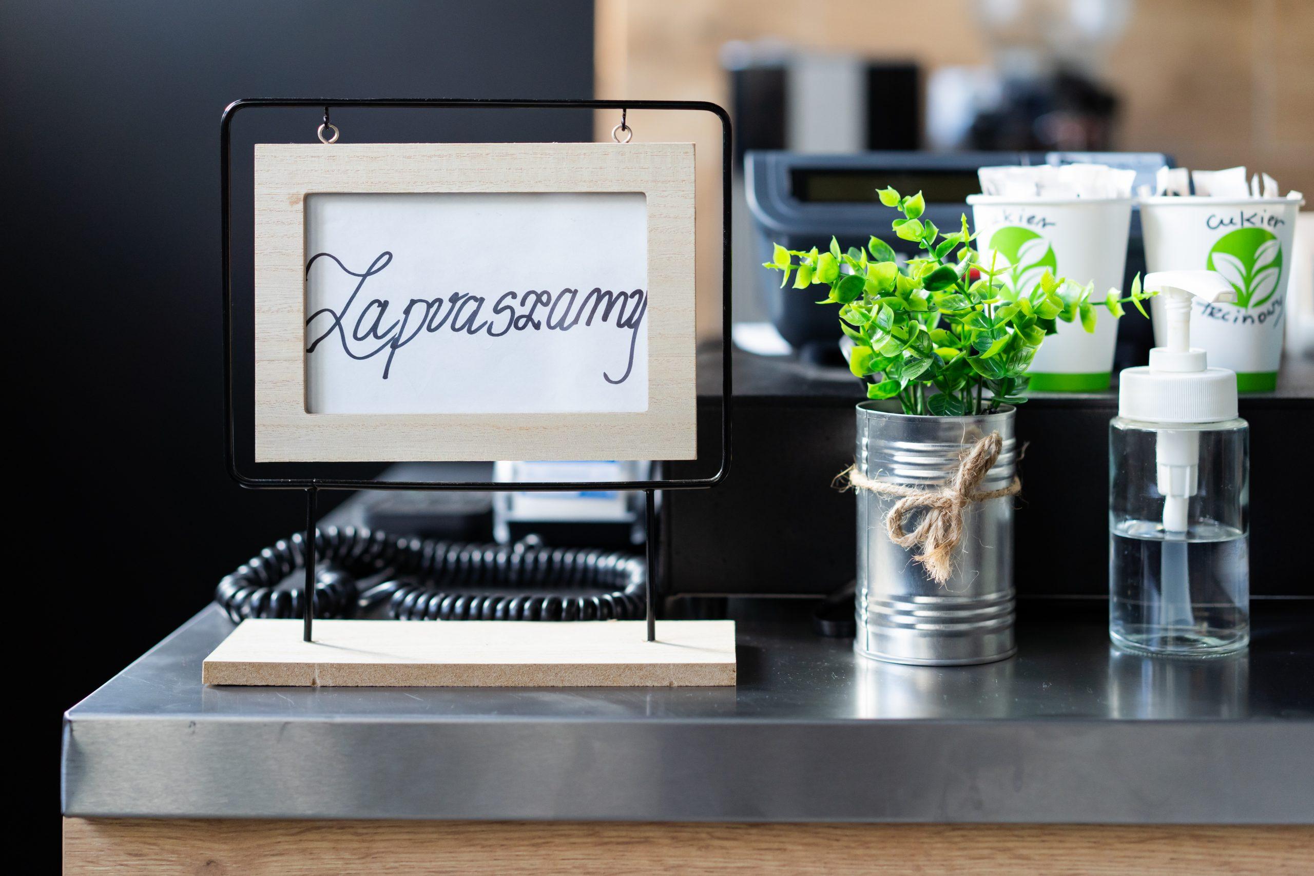 ramka z napisem zapraszamy, sztuczne kwiaty
