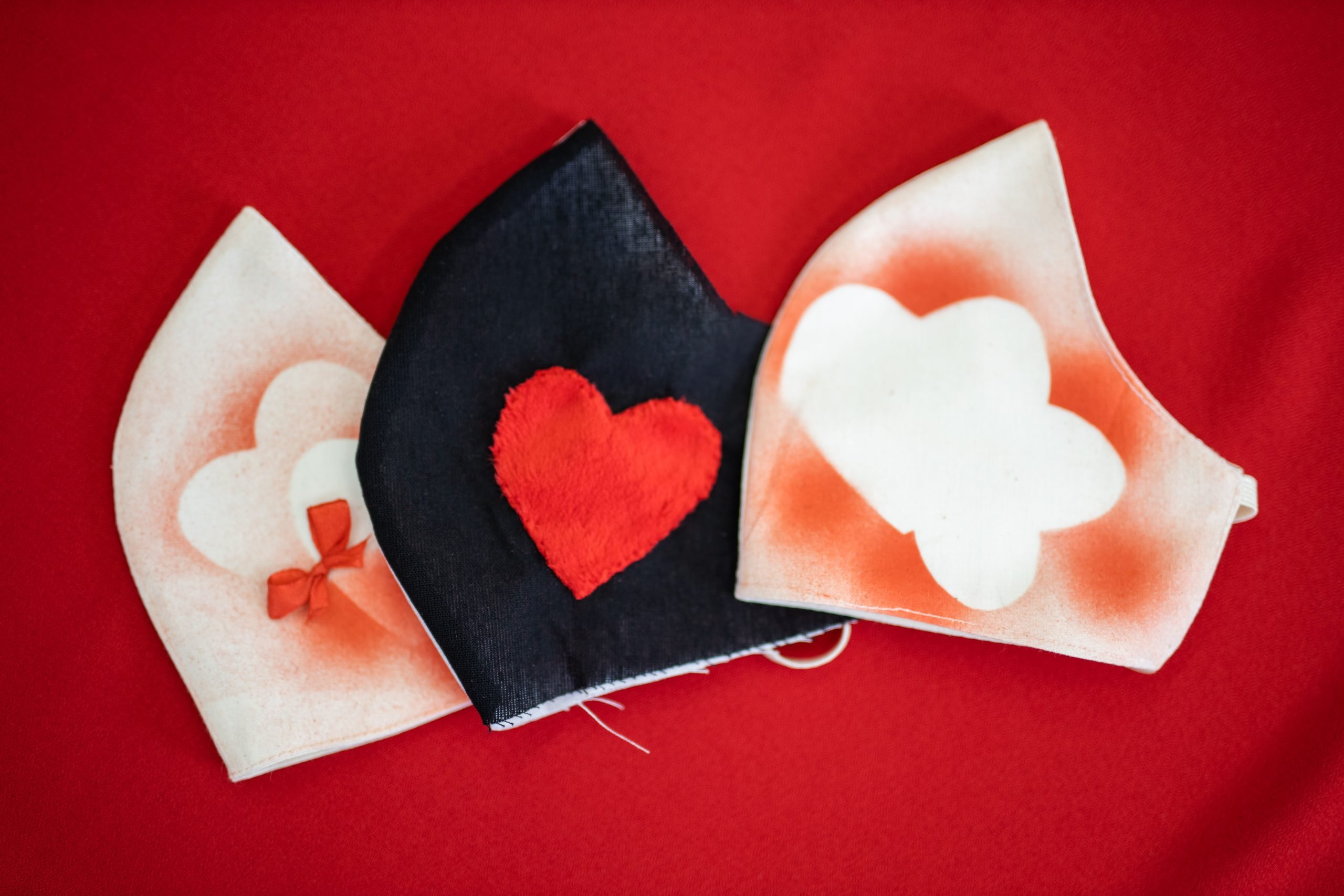 maseczki we wzory z sercem