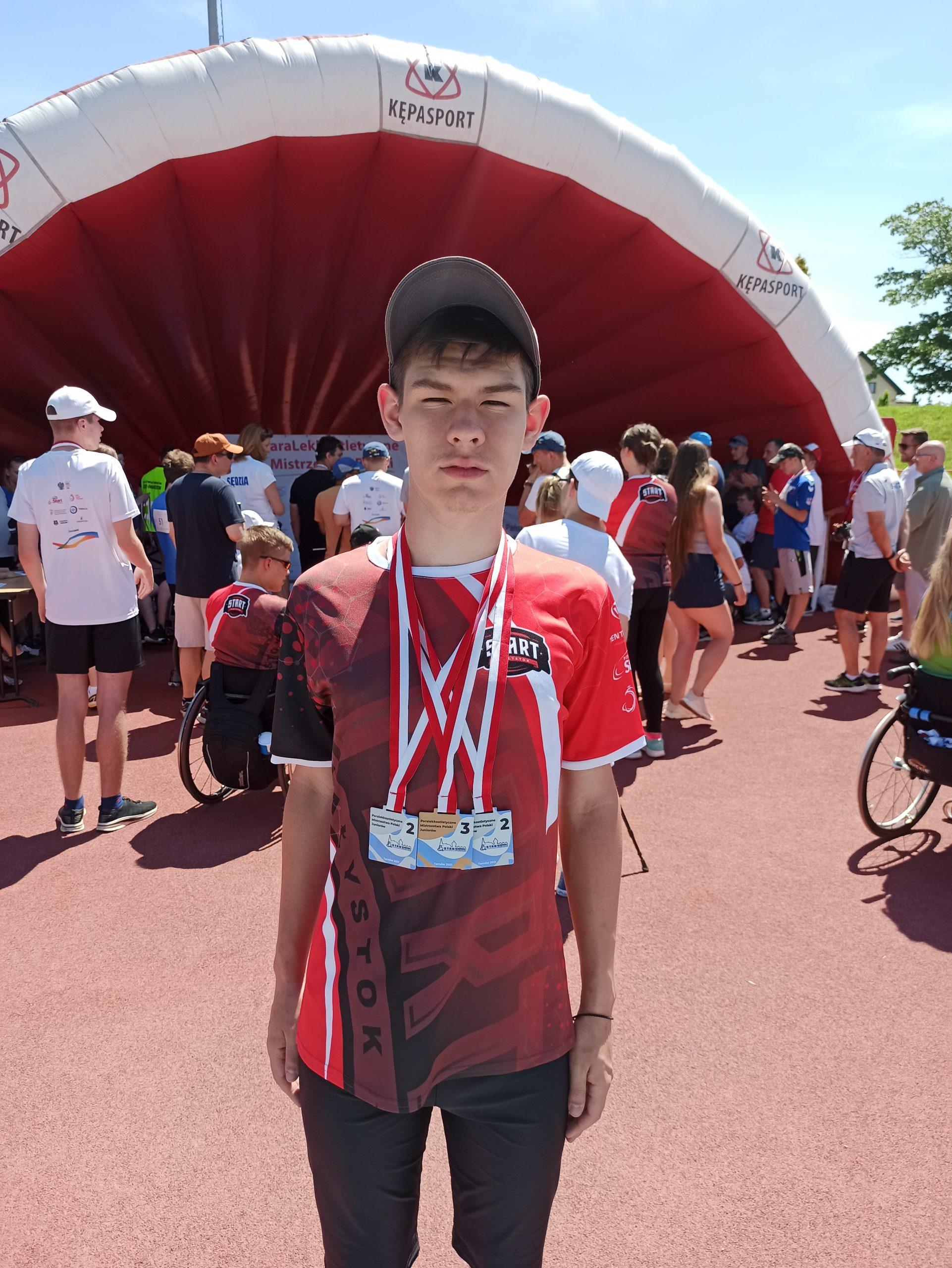 młody chłopak w czapce z daszkiem w stroju sportowym