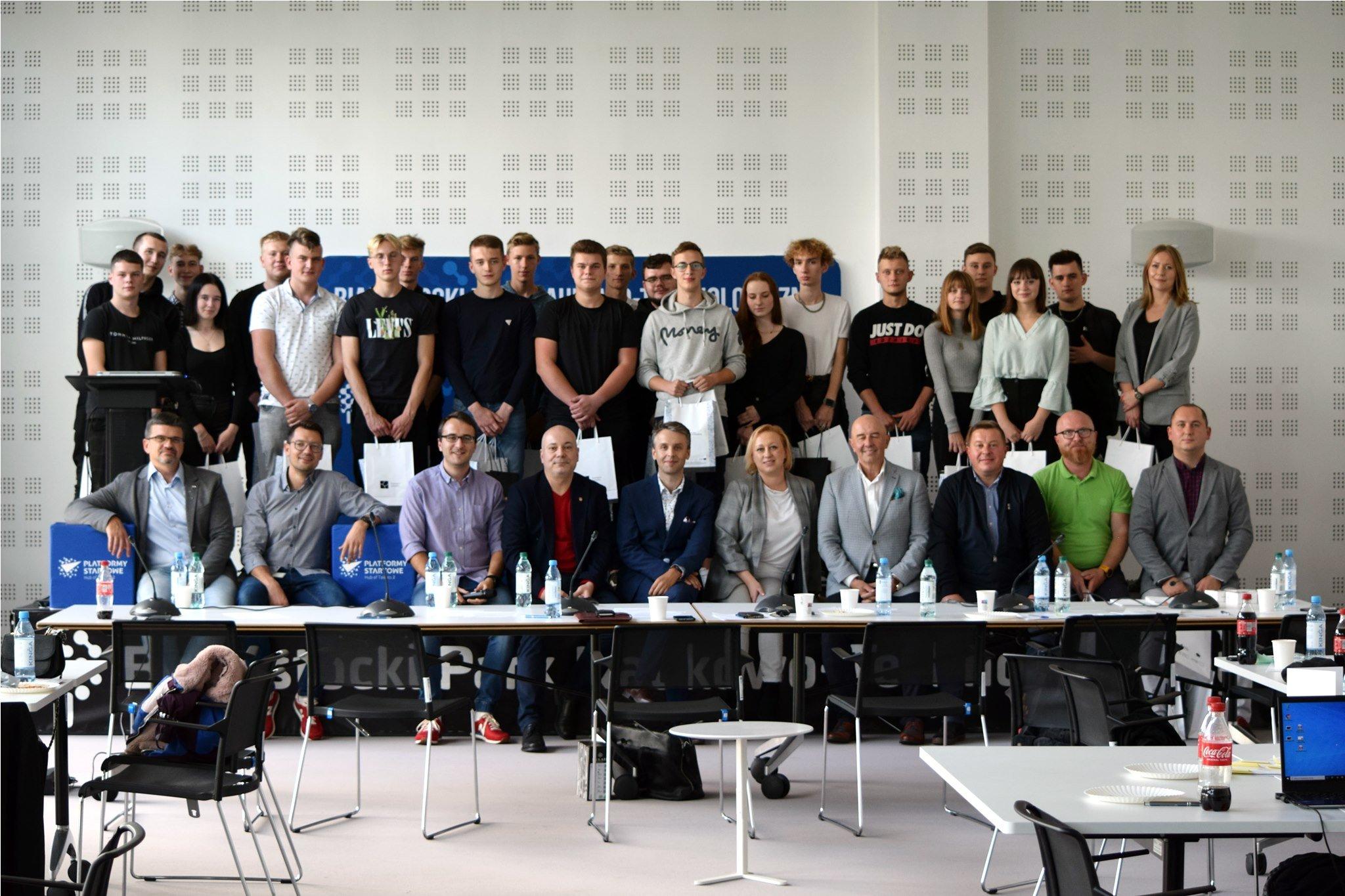 grupa młodych osób w sali konferencyjnej